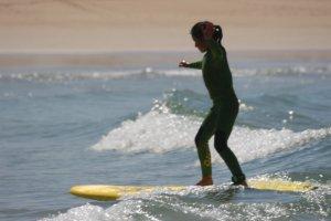 niña surfeando